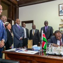 Uhuru Kenyatta signs banking amendment bill into law